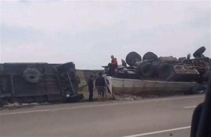 Грузовик перевернулся из-за легковой машины в Павлодарской области (Видео)